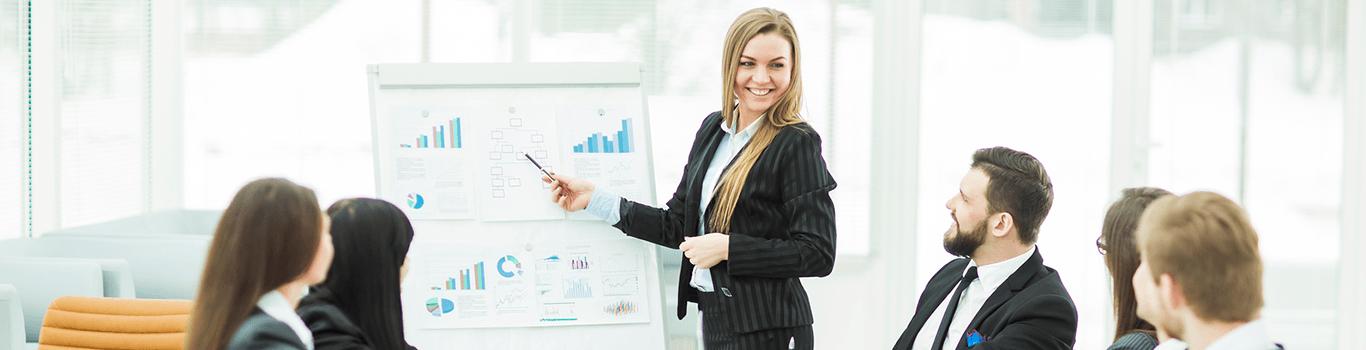 Kvinde der underviser i forecasting