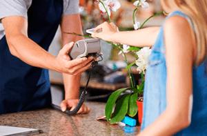 Kvinde der benytter sig af online mobilbetaling