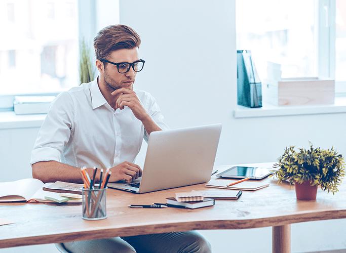Digital mand ved et skrivebord
