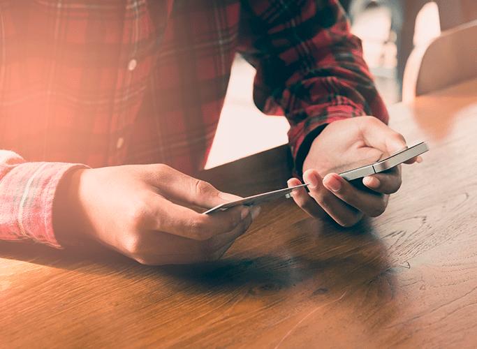 Mand der betaler online med sin mobil